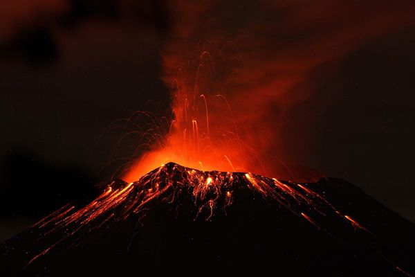 mexico-volcano-grounds-flights-night_69158_600x450