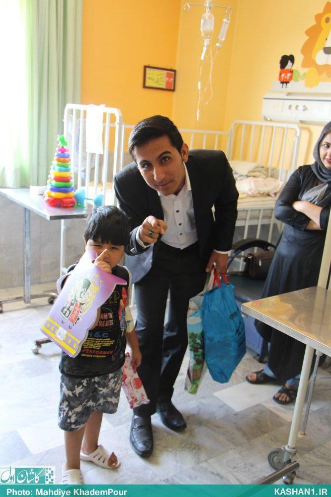 «خان عمو» از کودکان کاشانی عیادت کرد/ تصاویر