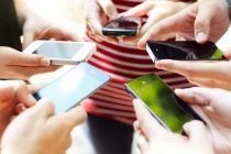 o-hand-holding-phone-facebook-620x350