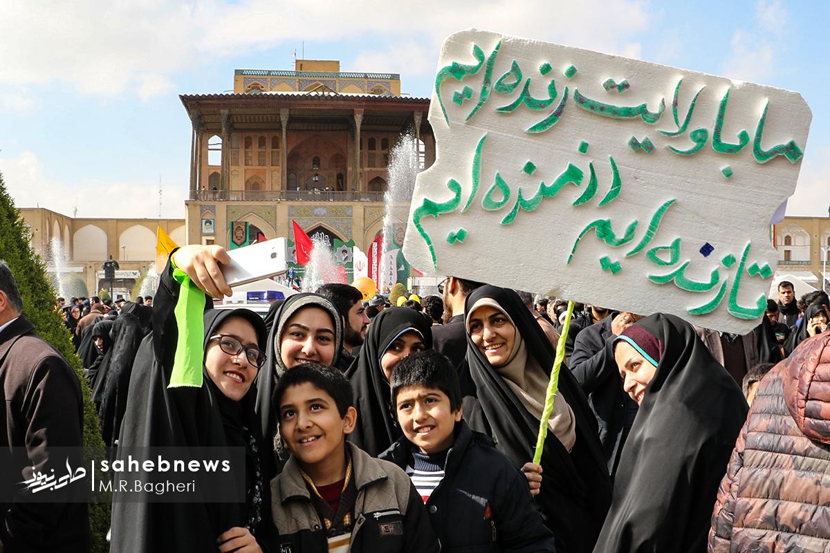 در جشن تولد 40 سالگی؛ خرمن استکبار آتش گرفت/ آسمان اصفهان آرام و قرار نداشت