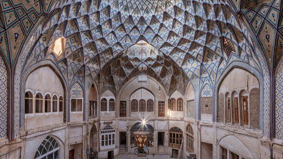 1200px-Bakhshi_Carvansarai_in_bazaar_of_Kashan,_Iran